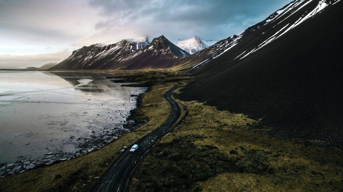 Vue d'un paysage islandais avec ses falaises et montagnes dans le fond